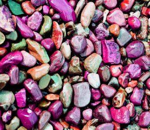 Piedras de colores rosas y violetas